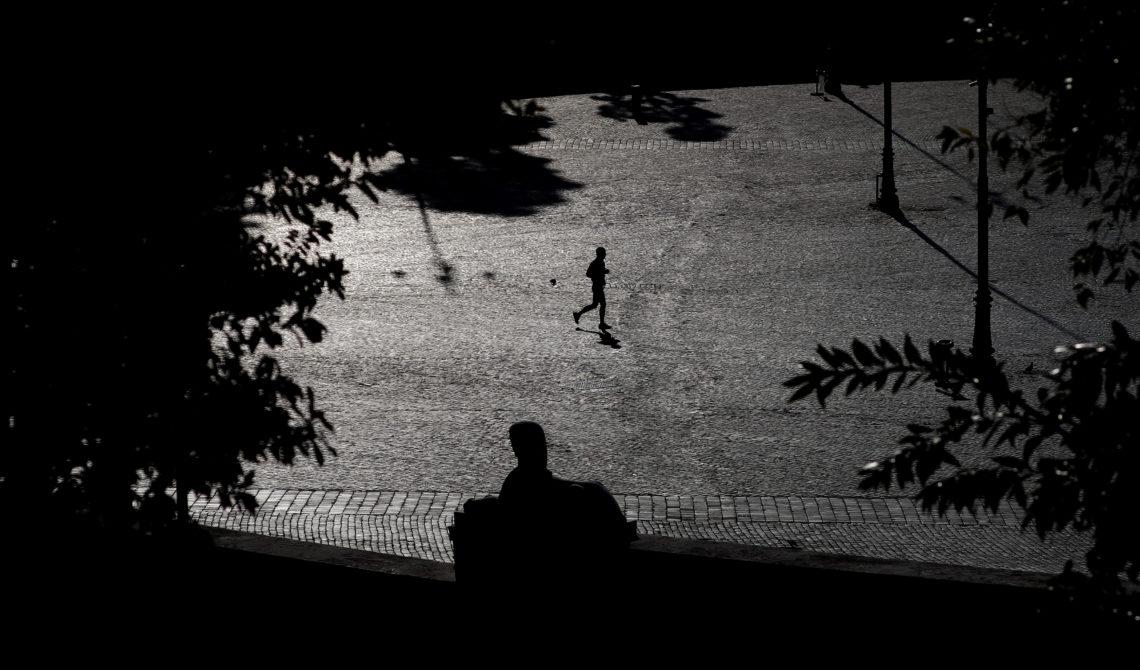 Piazza di Popoli a Roma deserta in bianco e nero